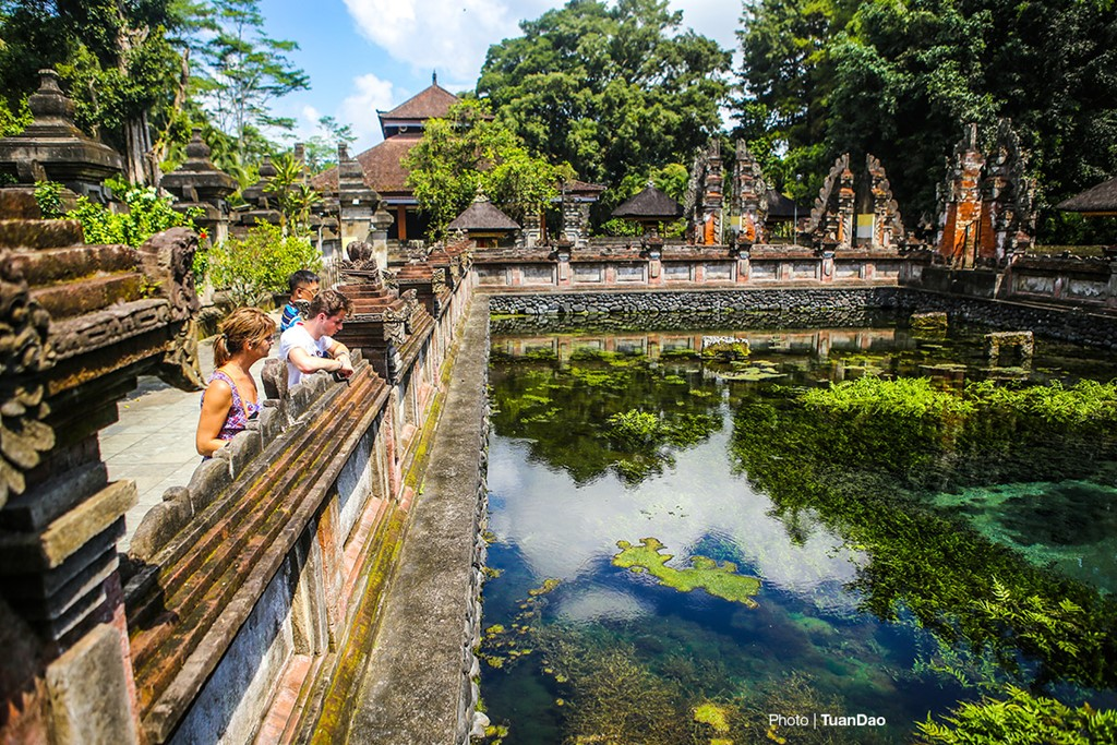 Bathing In Sacred Spring In Bali_a2
