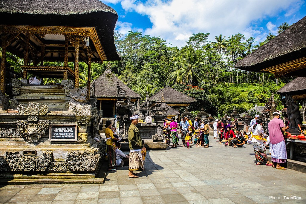 Bathing In Sacred Spring In Bali_a3