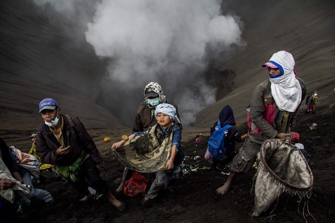 food-sacrifice-ceremony-for-bromo-volcano-10