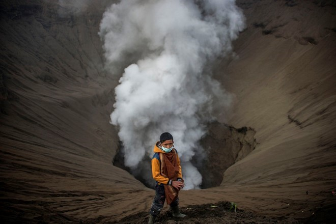 food-sacrifice-ceremony-for-bromo-volcano-2