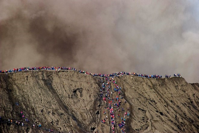 food-sacrifice-ceremony-for-bromo-volcano-4