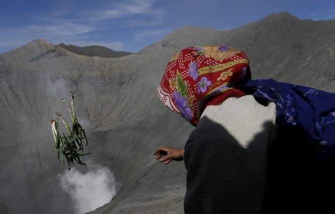 food-sacrifice-ceremony-for-bromo-volcano-6