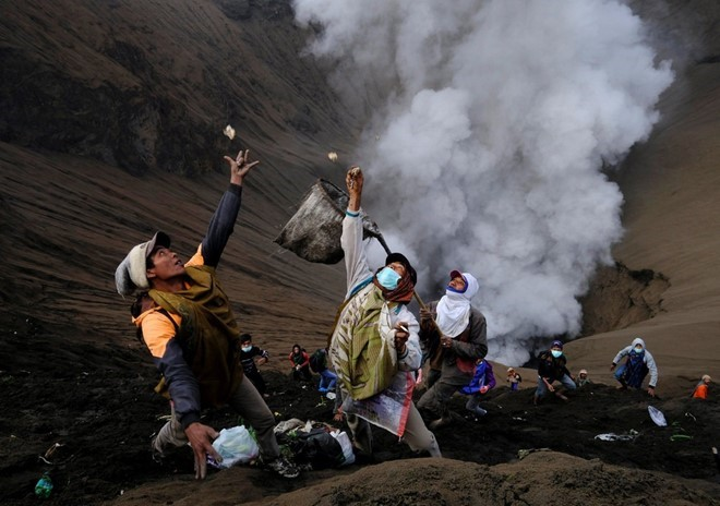 food-sacrifice-ceremony-for-bromo-volcano-7