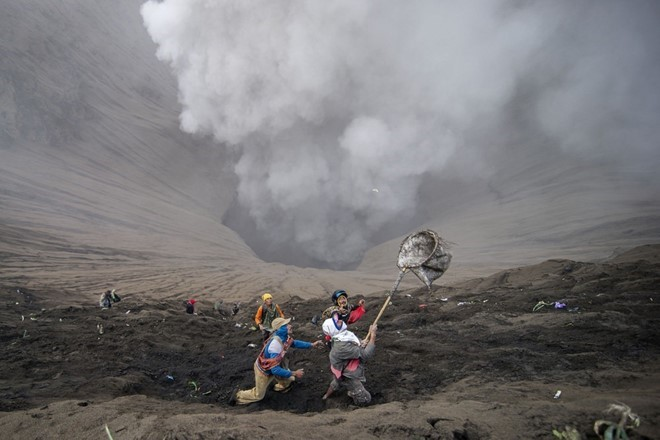food-sacrifice-ceremony-for-bromo-volcano-8